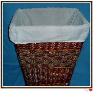Rectangle un panier à linge en osier avec doublure en tissu