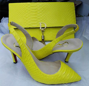 Chaussures avec des sacs de correspondance