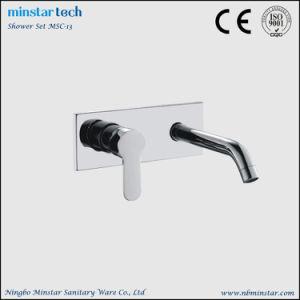 公共領域の浴室の壁に取り付けられた単一のレバーの長い口の洗面所の洗面器の蛇口