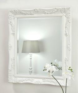 Parete antica che appende specchio incorniciato decorato