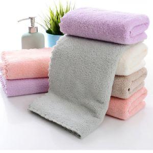 Белый хлопок отель лицевой стороны банными полотенцами.