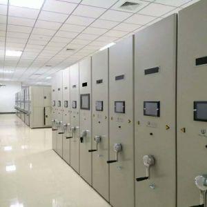 情報処理機能をもった移動式棚付けシステムコンパクターのキャビネットか本だな