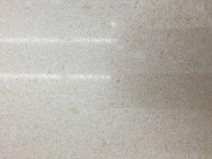 De de witte muur van het porselein van de oppervlakte van het zand
