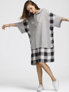 偶然のスポーツが長持ちする方法女性はパネルのスエットシャツのHoodieの服を点検した