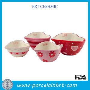 Розовый и красный посудой в форме сердца мерных стаканчика