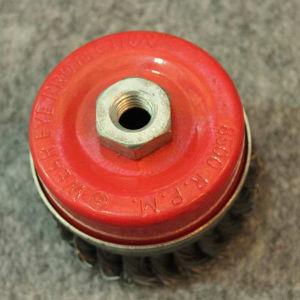 주름을 잡은 철사 컵은 Mth3003를 솔질한다