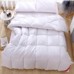 贅沢で白いガチョウおよび羽の羽毛布団のキルト