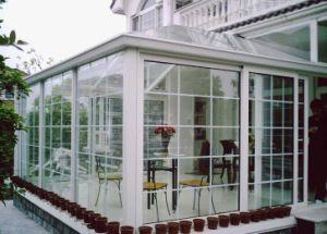 Rivestimento della polvere nella finestra e nei portelli di alluminio bianchi di luce solare
