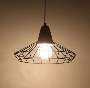 Pendente de cabo metálico com lâmpada de Wood Deco. (WHP-648)