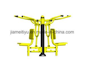 子供の屋外の体操装置の引きの椅子