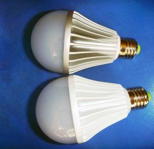 Lampe der Birnen-9watt mit farbigem Gehäuse