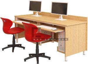 Ordinateur de bureau en bois de la table de salle de laboratoire