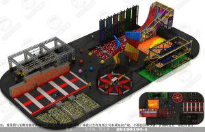 Uma grande piscina trampolim com o basquetebol, esfera exterior, espuma pit, Arena Dodgeball