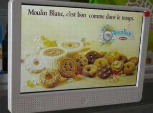 Un'affissione a cristalli liquidi da 10 pollici che fa pubblicità al giocatore