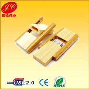 Поверните переработанной деревянной диска USB