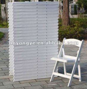 백색 비닐에 의하여 덧대지는 접는 의자