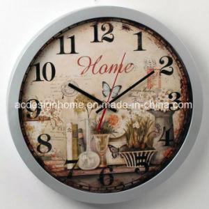 Orologio di parete di plastica dell'oggetto d'antiquariato unico dell'annata con i bei fiori eleganti per la decorazione domestica del salone