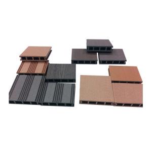 Um deck composto de madeira plástica (HO03145)