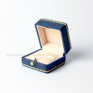عالة رفاهيّة ورقيّة يعبّئ مجوهرات [جفت بوإكس] لأنّ حلقة وعقد