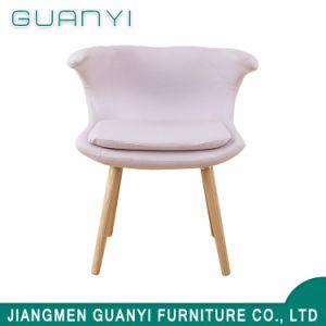 安い木の白い装飾された食事の椅子
