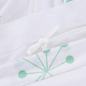 O algodão impresso da cama do hotel com cama e edredão cobrir
