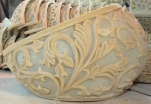 庭の屋外の砂岩彫刻の表およびベンチ
