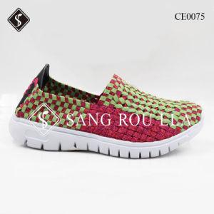 Los hombres y mujeres de buena calidad tejen los zapatos con suela de EVA