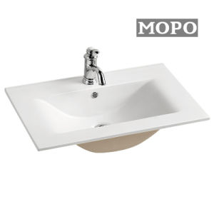 浴室の立場が付いている陶磁器の洗面器