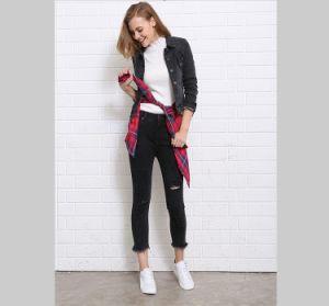 新しい女性のための方法によって身に着けられている細いジーンズ