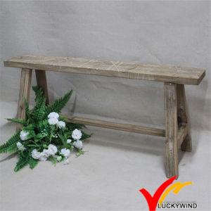 La mano perfezionamento ha intagliato il vecchio sgabello cinese di legno invecchiato