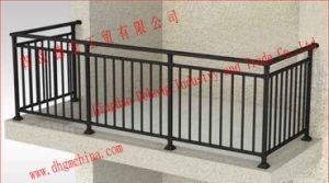 鉄道の柵またはハイウェイのガードレールまたはハイウェイの柵か鉄の塀または鉄の柵