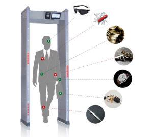 La seguridad paseo por el detector de metales con cámara CCTV