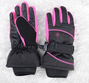 Las niñas con correa de guantes de esquí