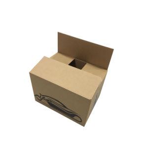 نظاميّة يثقب علبة شحن يعبّئ صندوق