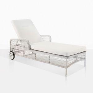Espreguiçadeira em vime branco à beira da piscina exterior com Rodas