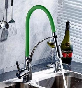 台所2方法はおろす緑の台所コックを引き出す