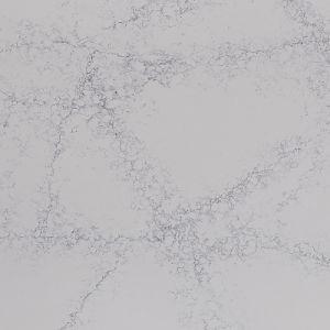雪の白い質の水晶虚栄心の上