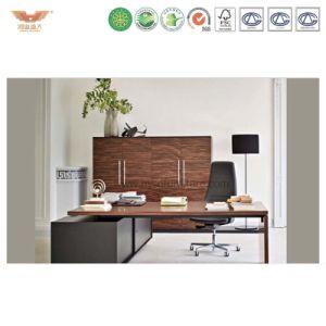 金属フレームの木の表面の上の鋼鉄オフィス・コンピュータの表か机