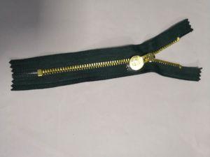 진한 녹색 테이프를 가진 금속 지퍼