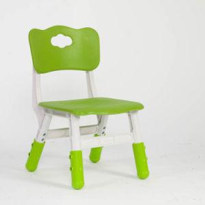 A tabela plástica dos melhores miúdos verdes bem escolhidos dos produtos e 4 cadeiras ajustaram a escola colorida do divertimento do jogo da mobília Home