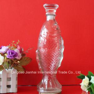 ガラスおよび木のふたが付いている魚の形の赤ワインのデカンターのガラスビン