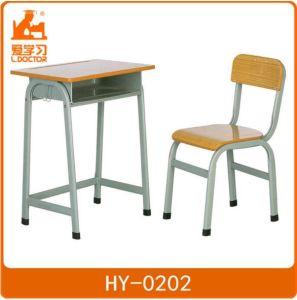Allievo che studia la mobilia dell'aula di legno di metallo