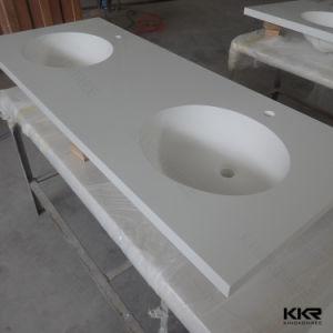 現代浴室の二重流しが付いている固体表面の虚栄心の上