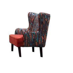 居間のために装飾されるファブリックが付いている椅子