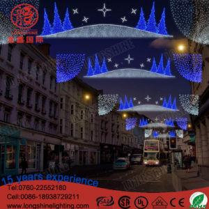 Nouvelle Année de plein air a conduit à travers la rue des feux de décoration de Noël
