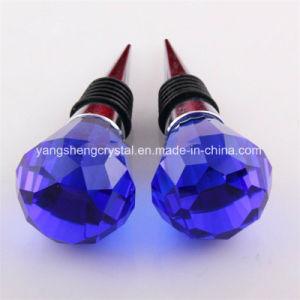 青い水晶によって彫面を切り出される球のワイン・ボトルストッパー