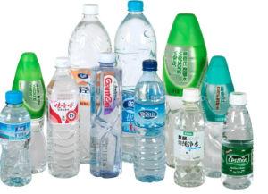 Бутылка питьевой чистой воды машина