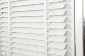 Persianas de madeira/Janela falso na horizontal de 2 polegadas Ripa Veneziano, Faux Madeira, Controle da Luz Variável - Simplesmente branco, 32W X 64H