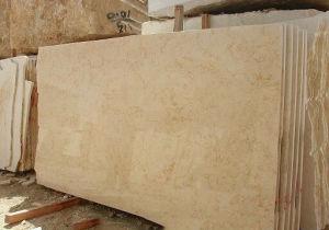 明るく黄色い大理石の平板のタイル