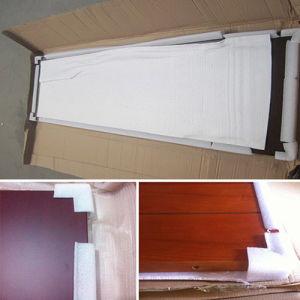 Portello di legno di colore bianco con l'inserto di vetro